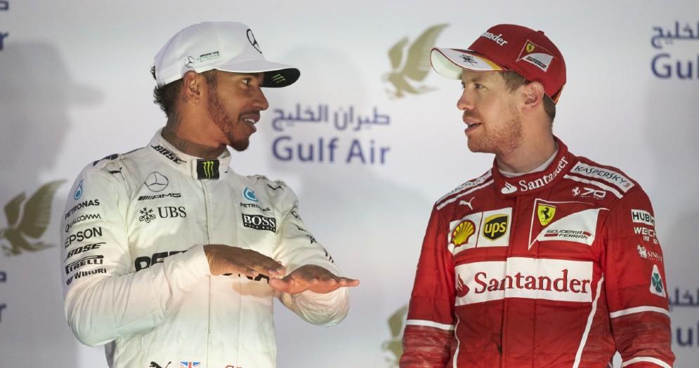 Lewis Hamilton e Sebastian Vettel confabulano sul podio del Bahrein