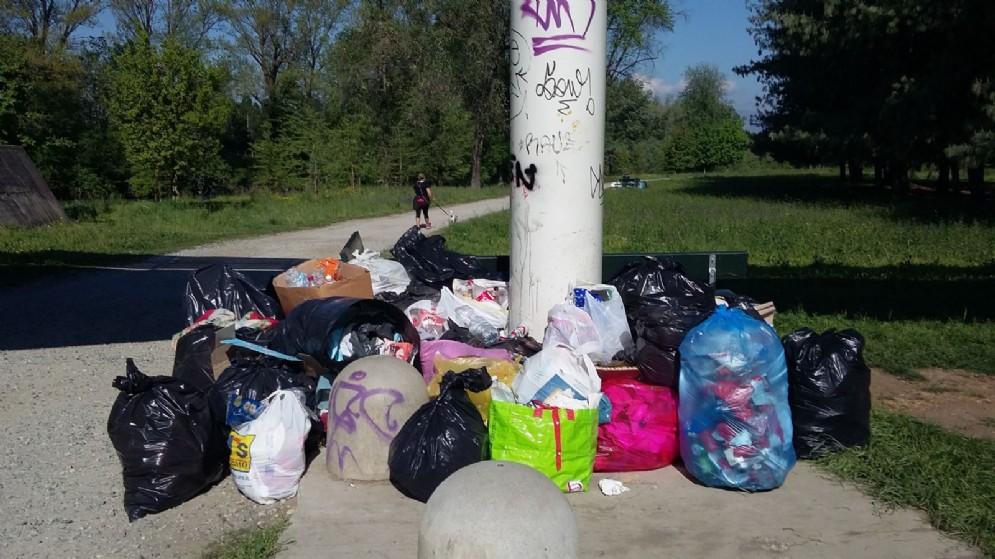 Colonne di rifiuti al Parco della Pellerina