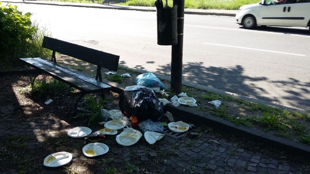 I rifiuti sono arrivati fino in strada, ecco la situazione in corso Appio Claudio