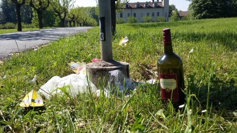 Una bottiglia di vino abbandonata
