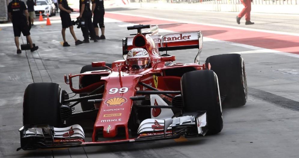 La SF70H di Antonio Giovinazzi rientra ai box in Bahrein