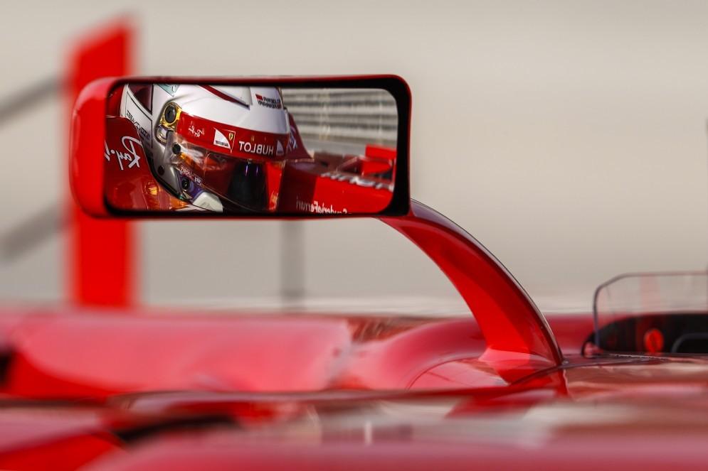 Il casco di Giovinazzi visto dallo specchietto retrovisore della Rossa