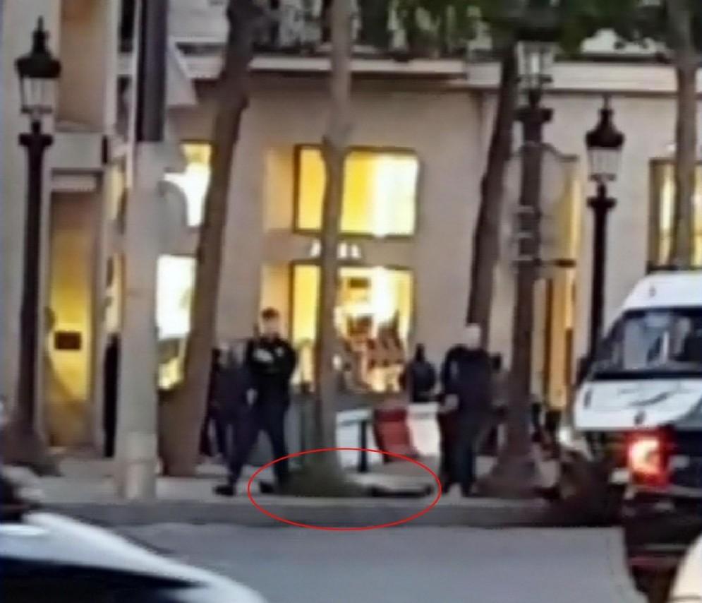 Un frame di un video fatto da un passante e mostrato dal Sky Tg24 in cui si vede il corpo di una persona a terra subito dopo l'attentato terroristico agli Champs Elysees. che in serata è stato rivendicato dall'Isis. Parigi, 20 aprile 2017