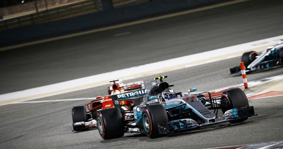 La Mercedes di Valtteri Bottas davanti alla Ferrari di Sebastian Vettel in Bahrein