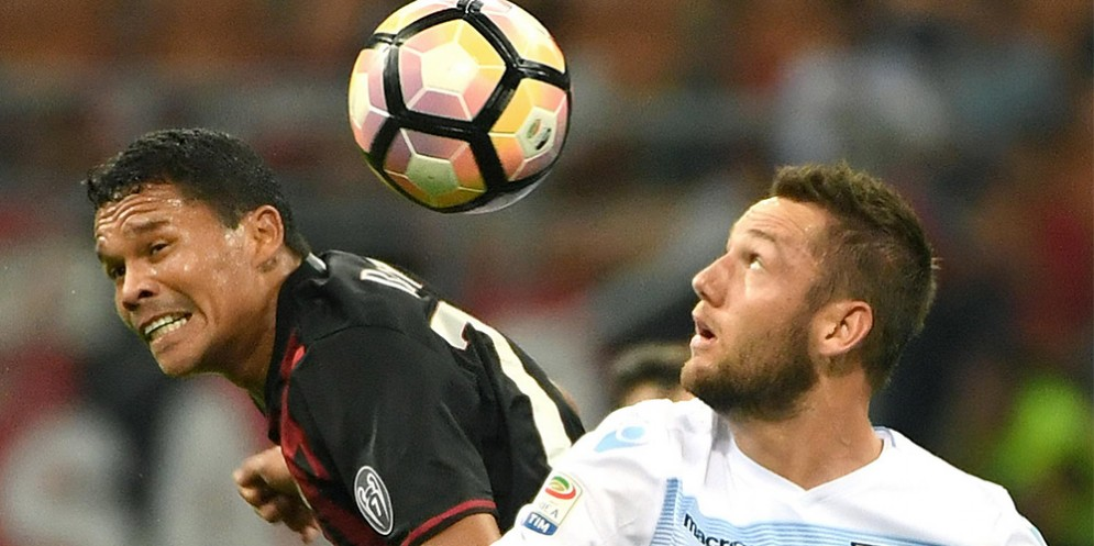 Il difensore della Lazio De Vrij a contrasto con Carlos Bacca