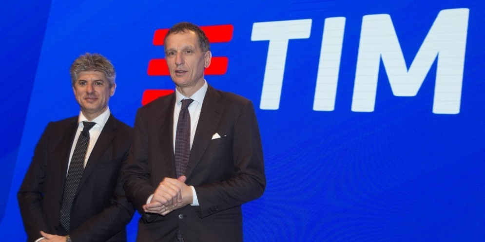 L'AD Marco Patuano and Telecom Italia president Giuseppe Recchi duirng the launch of the new TIM logo in Rome, 13 January 2016.
