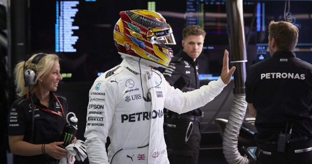 Lewis Hamilton nel suo box
