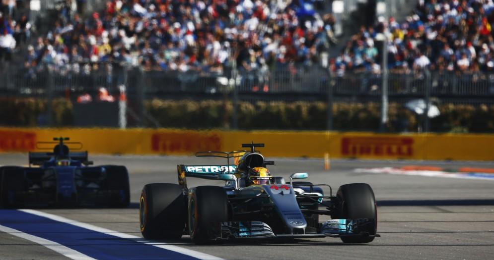 Lewis Hamilton in azione durante la gara a Sochi