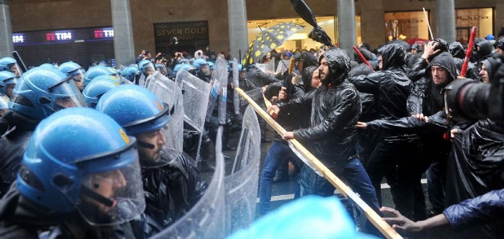 Gli scontri al corteo del 1° maggio (© Ansa/Di Marco)