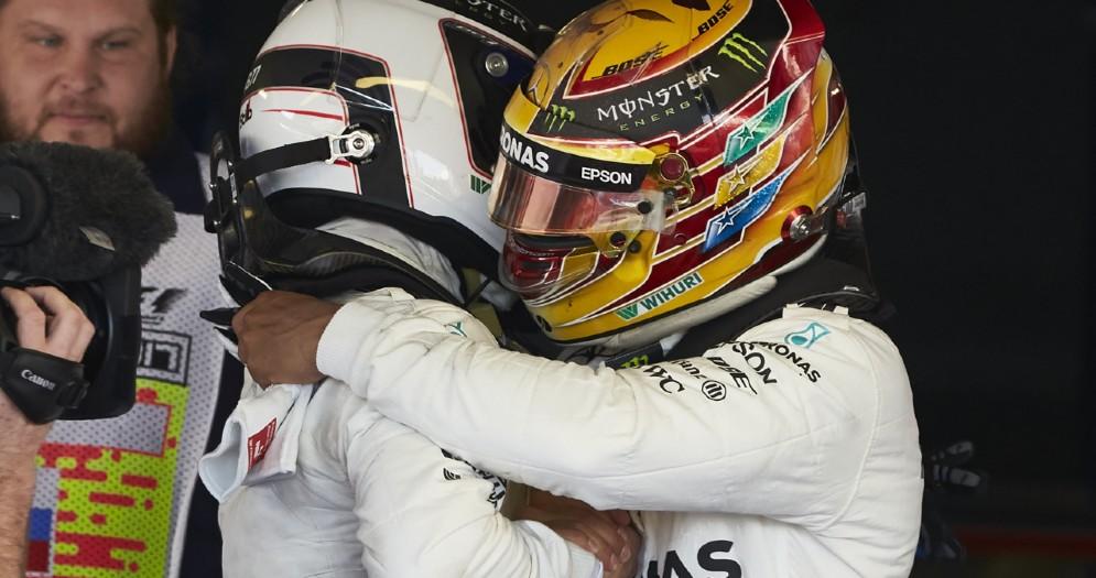 Lewis Hamilton abbraccia il compagno di squadra Valtteri Bottas in Russia
