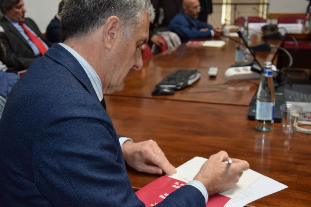 Cesare Sala firma autografi ai tanti tifosi del Toro intervenuti