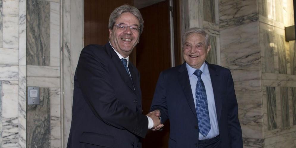 Il premier Paolo Gentiloni e il finanziere ungherese George Soros.