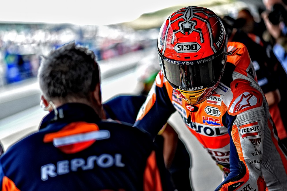 Marc Marquez sale in sella alla sua Honda