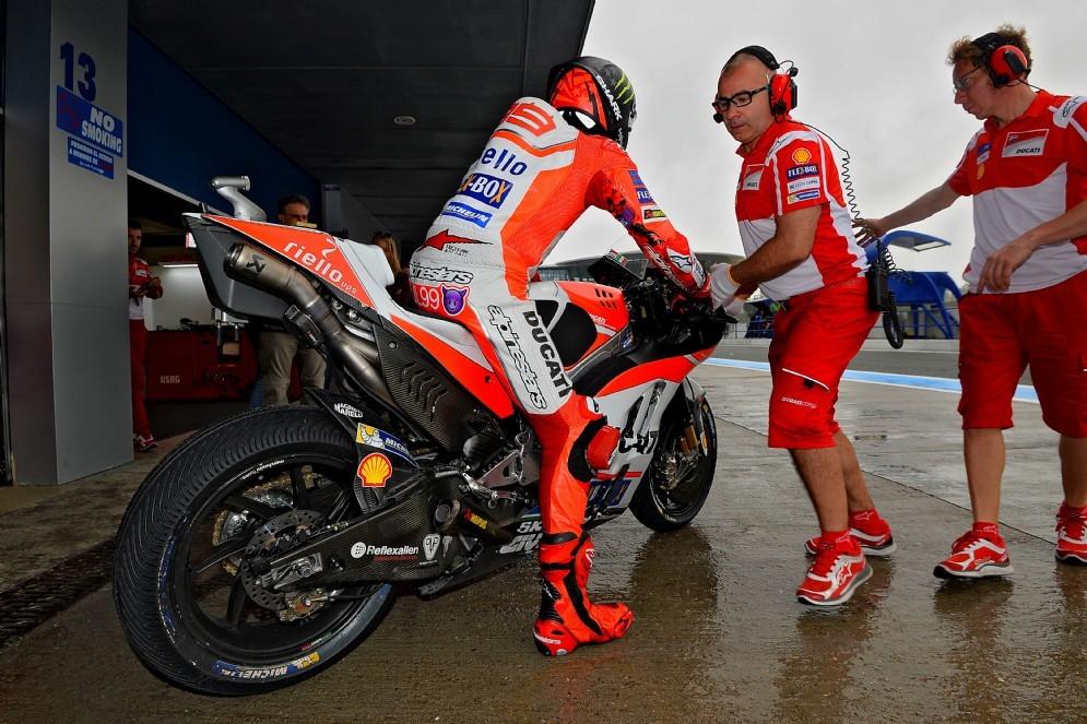 Jorge Lorenzo esce dai box nella mattinata bagnata di Jerez