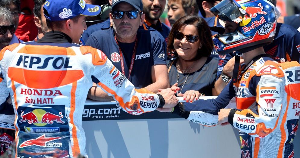 La stretta di mano tra Dani Pedrosa e Marc Marquez