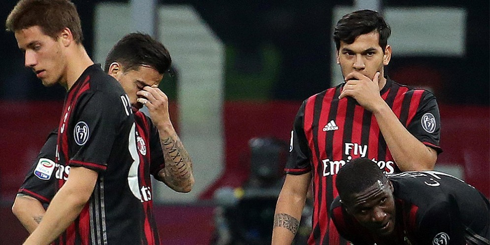 La delusione dei rossoneri dopo la sconfitta contro la Roma