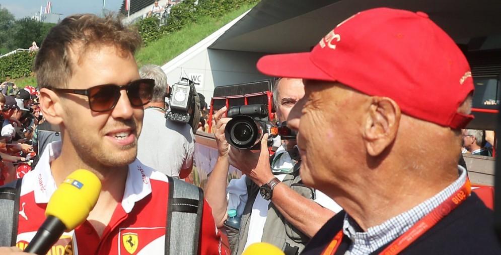 Il pilota della Ferrari Sebastian Vettel con il presidente della Mercedes Niki Lauda