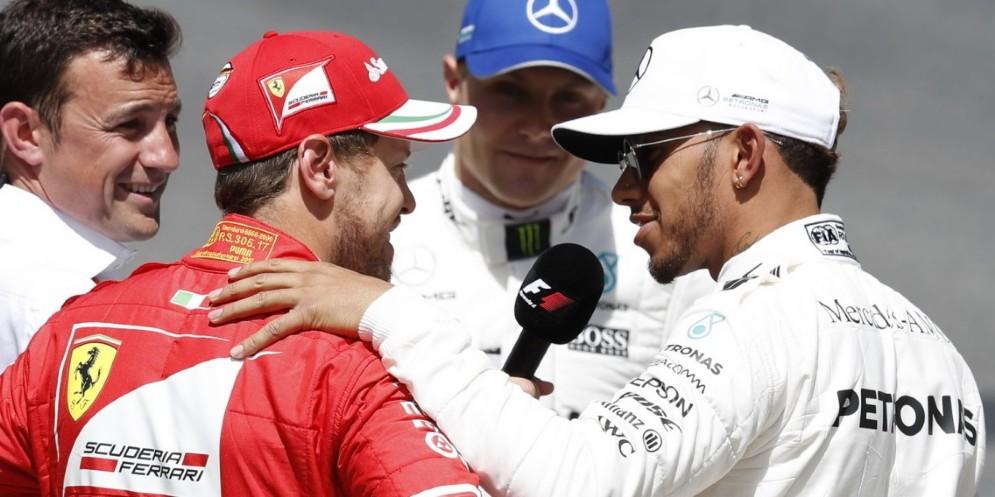 Lewis Hamilton con la mano sulla spalla di Sebastian Vettel