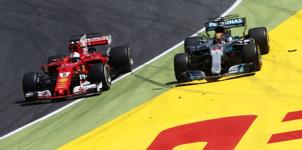 La difesa ruota a ruota di Vettel su Hamilton alla prima curva dopo il pit stop