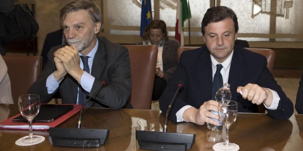 Il ministro delle Infrastrutture e dei Trasporti, Graziano Delrio, e il ministro dello Sviluppo economico, Carlo Calenda.