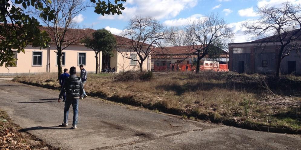 Migranti accolti negli spazi dell'ex caserma Cavarzerani
