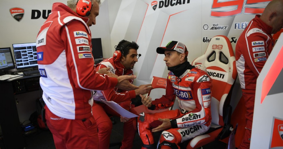 Il litigio nel box tra Jorge Lorenzo e il suo team manager Davide Tardozzi
