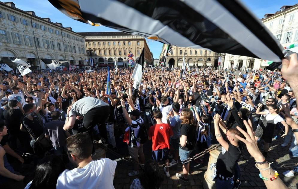 I tifosi bianconeri in piazza San Carlo (© Ansa/Di Marco)