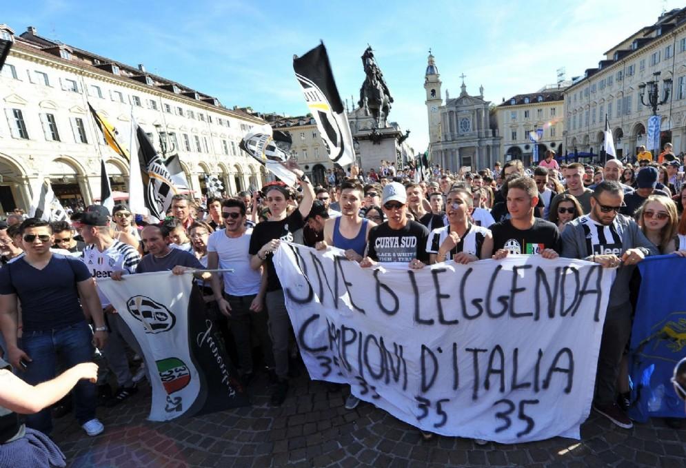 Dopo aver battuto 3-0 il Crotone, i bianconeri si laureano Campioni d'Italia