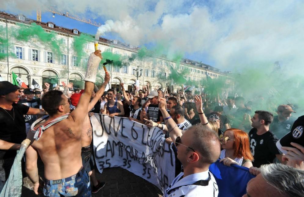 Cori e passione in piazza San Carlo