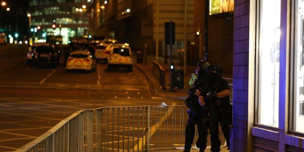 Forze di polizia nei pressi dell'Arena di Manchester, il luogo della strage