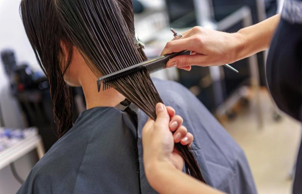 Tagliare i capelli con l'accetta, una nuova tendenza