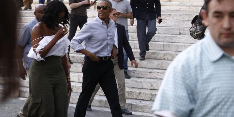Barack e Michelle Obama passeggiano per le vie di Siena