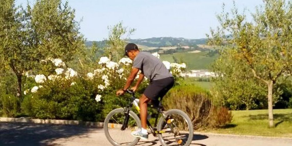 L'ex presidente Obama in mountain bike per le campagne toscane