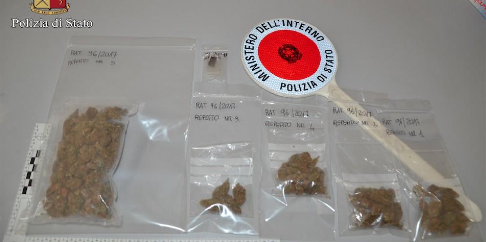 La droga sequestrata dagli agenti della Questura di Biella