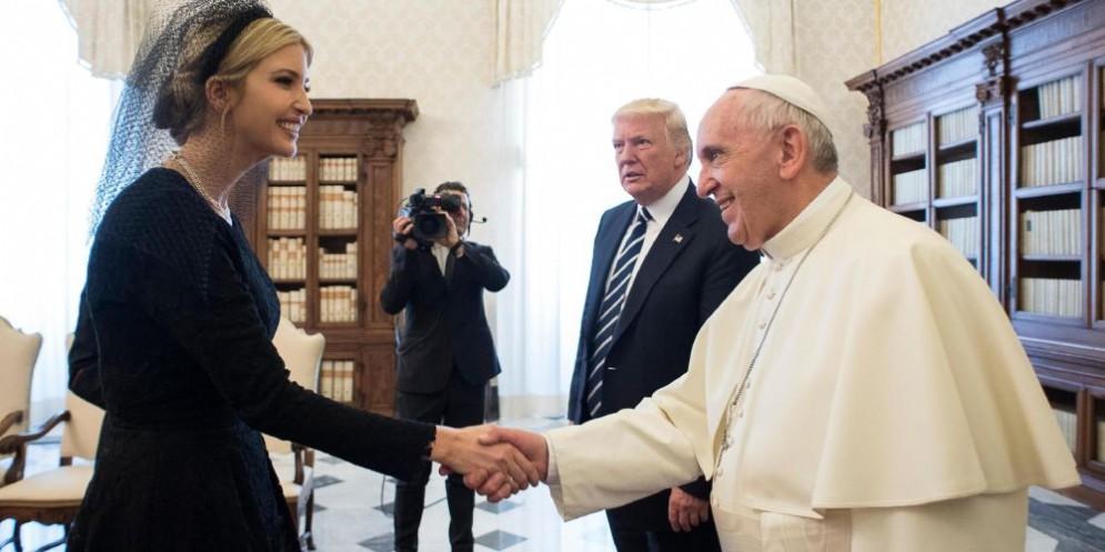 Ivanka Trump stringe la mano a Papa Francesco