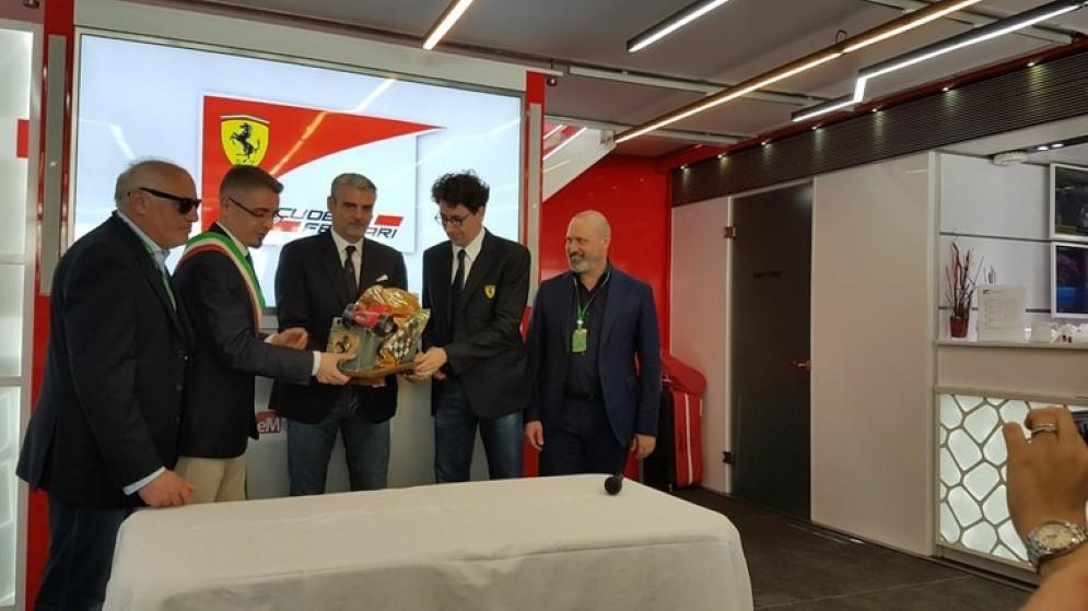 La consegna del trofeo Bandini alla Ferrari a Montecarlo