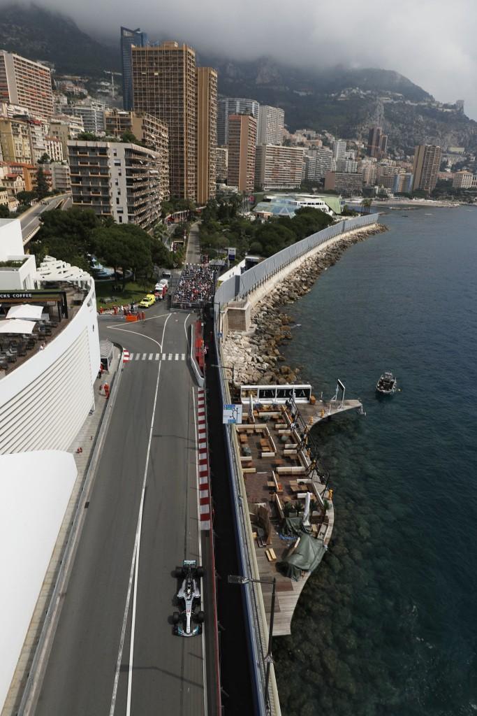 Una vista dall'alto della Mercedes di Hamilton sul circuito cittadino