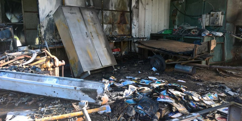 Incendio a Cergneu inferiore, nel Comune di Nimis: in cenere la copertura di una serra