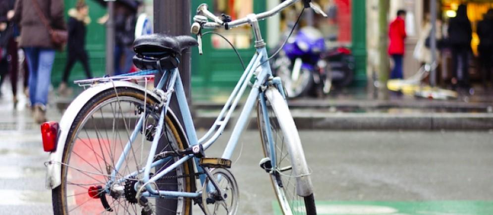 Il nuovo regolamento di Polizia locale che vieta di agganciare le bici ai pali