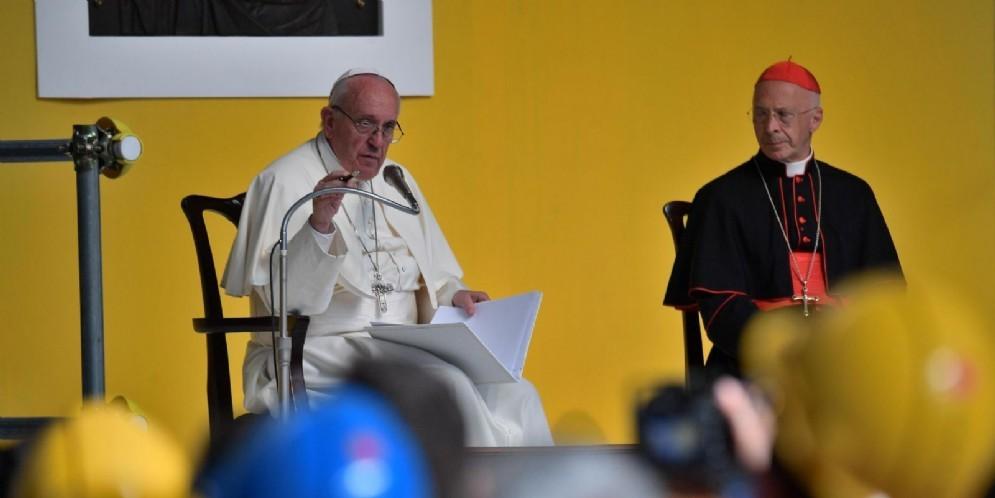 Papa Francesco all'Ilva di Cornigliano con l'arcivescovo di Genova card. Angelo Bagnasco davanti a 3500 lavoratori