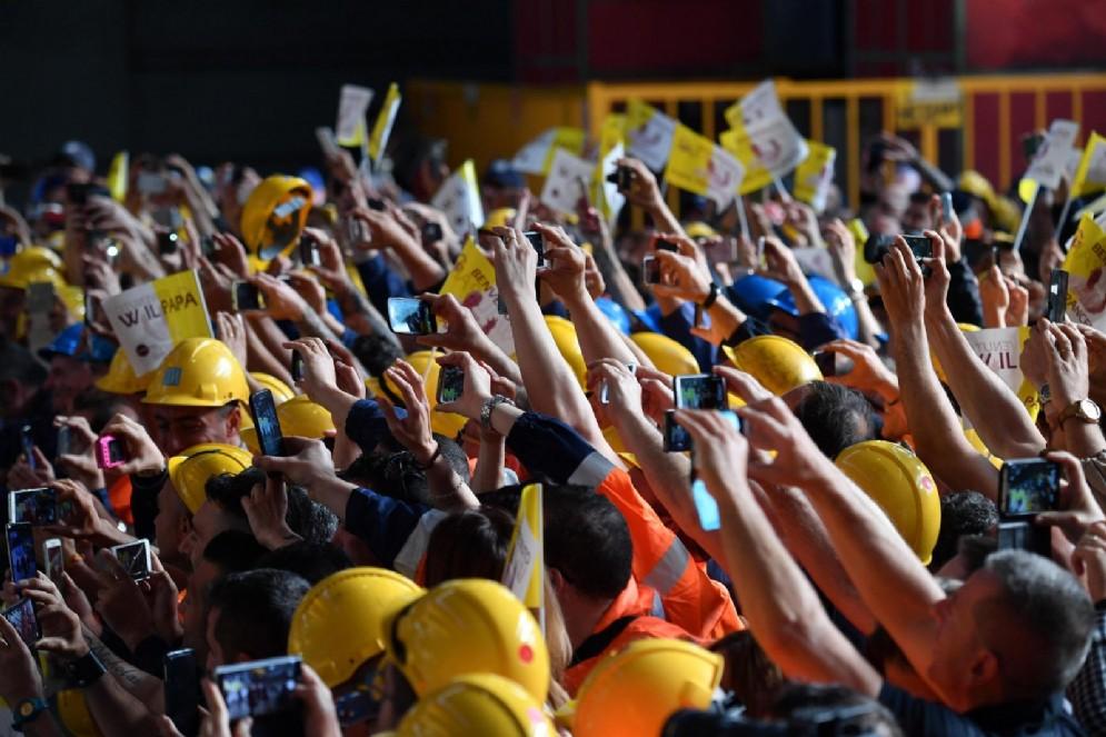 Gli operai dell'Ilva di Cornigliano accolgono il Papa