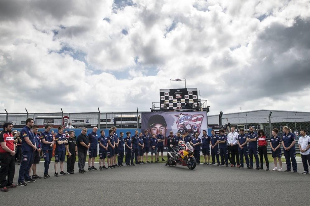 Il minuto di silenzio del Mondiale Superbike sulla griglia di partenza di Donington