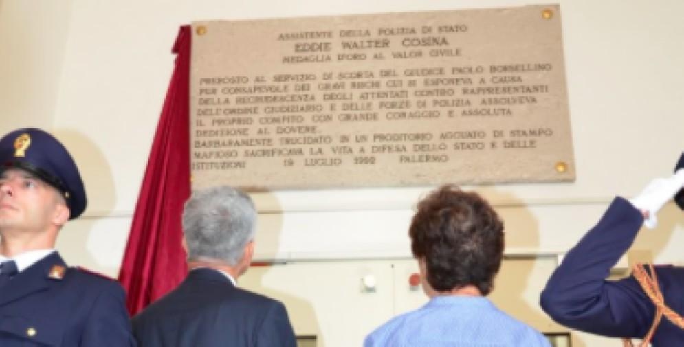 Un momento della cerimonia di scoprimento della targa intitolata alla memoria dell'assistente Eddie Walter Cosina