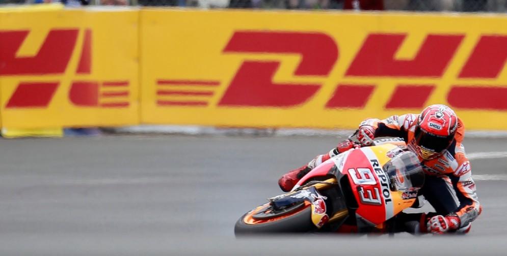 La caduta di Marc Marquez durante l'ultimo Gran Premio a Le Mans