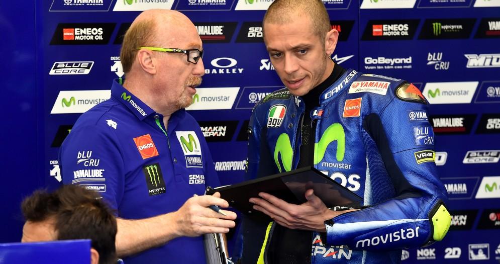 Valentino Rossi nel box Yamaha con il suo capotecnico Silvano Galbusera