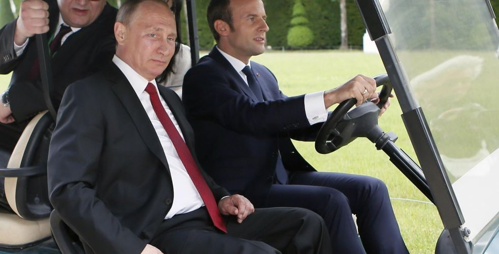 Il presidente russo Vladimir Putin con l'omologo francese Emmanuel Macron