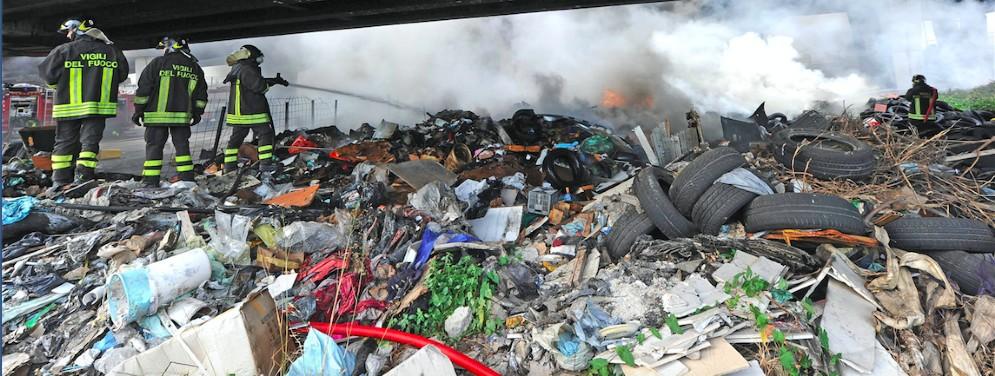 Un rogo di rifiuti nel nord Italia
