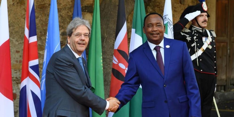 Il premier Paolo Gentiloni con il presidente della Repubblica del Niger, Mahamadou Issoufou
