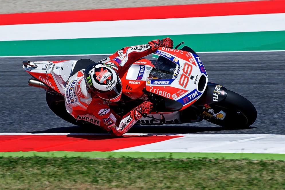 Jorge Lorenzo in sella alla Ducati sulla pista toscana