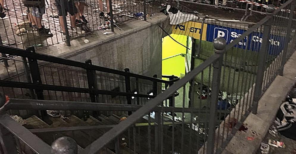 La ringhiera ceduta del parcheggio sotterraneo